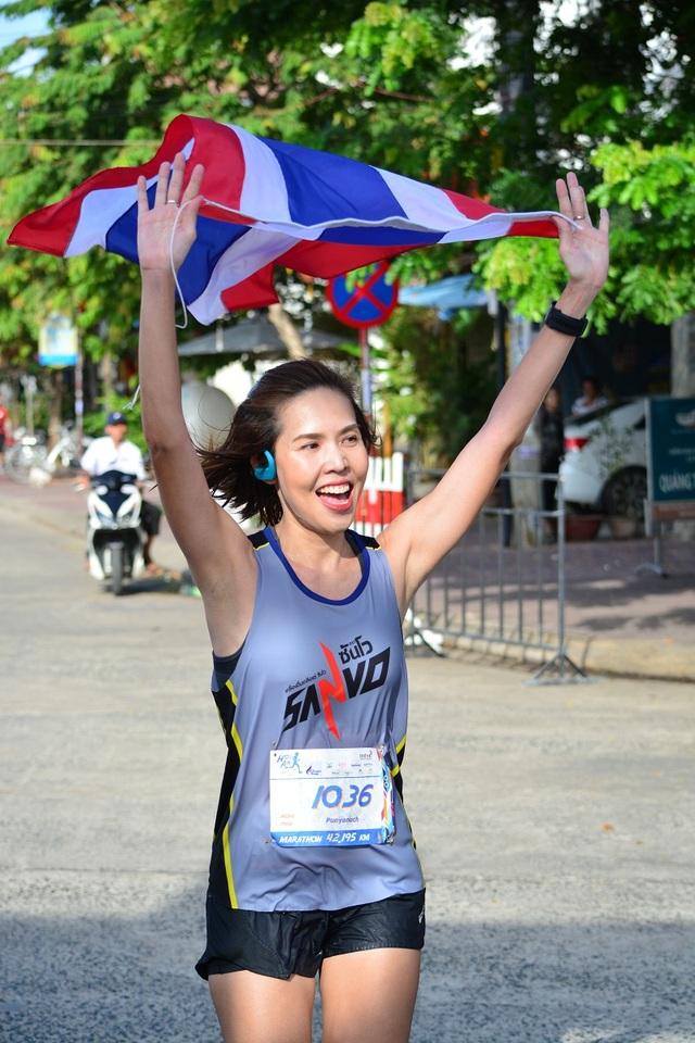VĐV Thái Lan Punyanuch Prachayanipon bỏ xa các đối thủ và cán đích đầu tiên