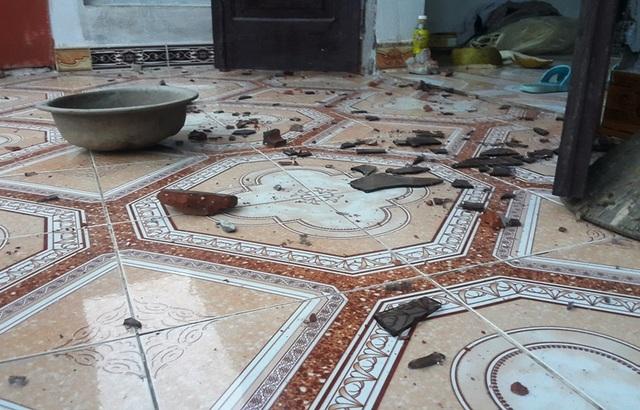 Cửa kính trong nhà ông Tiếu bị ném vỡ vụn.