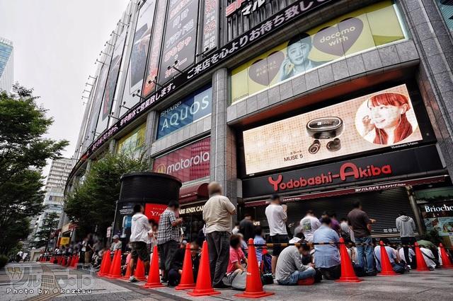Đám đông xếp hàng dài cả cây số bên ngoài cửa hàng của Nintendo tại các thành phố lớn.