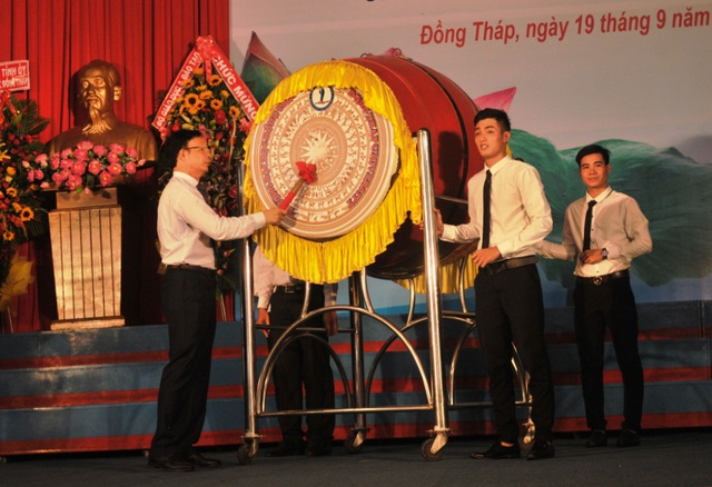 NGƯT.PGS.TS Nguyễn Văn Đệ - Hiệu trưởng trường ĐH Đồng Tháp đánh trống chào mừng năm học 2017 -2018