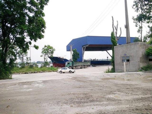Cảng bốc dỡ hàng trái phép tại phường Bích Đào, thành phố Ninh Bình nằm trong danh sách phải dẹp bỏ nhưng đến nay vẫn ngang nhiên hoạt động.