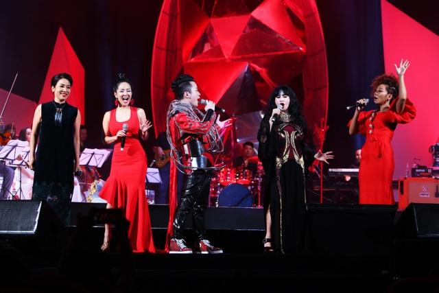 Tùng Dương và bộ tứ Diva hát bài Con cò khép lại liveshow Trời và Đất.