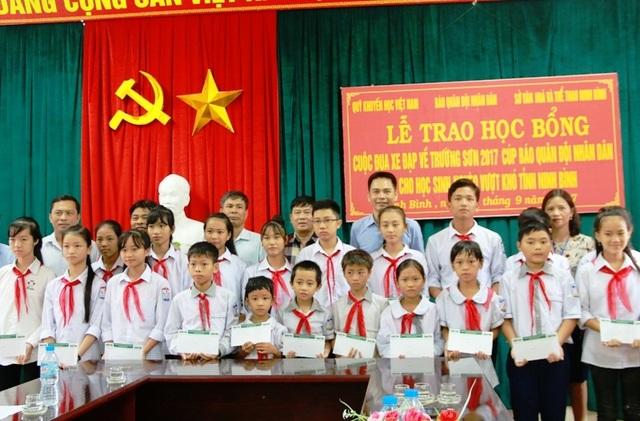 """Trao 20 suất học bổng """"Về Trường Sơn 2017"""" đến học sinh nghèo học giỏi Ninh Bình - 5"""
