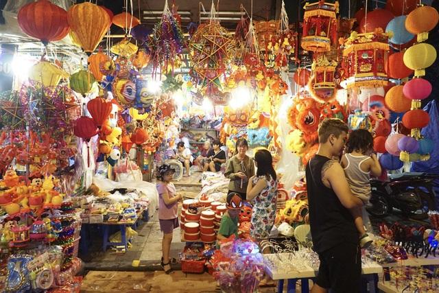Các cửa hàng đều trang hoàng đèn điện, rực rỡ màu sắc để thu hút khách.
