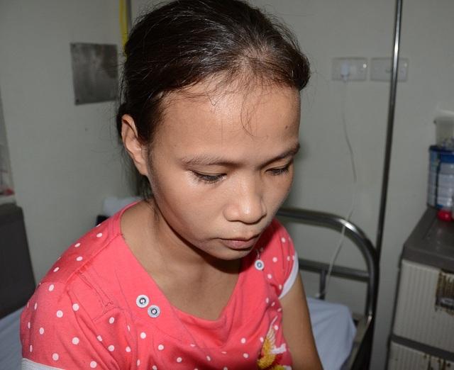 Để chăm con trên viện, người phụ nữ thuần nông này phải bỏ bê cả công việc đồng áng..