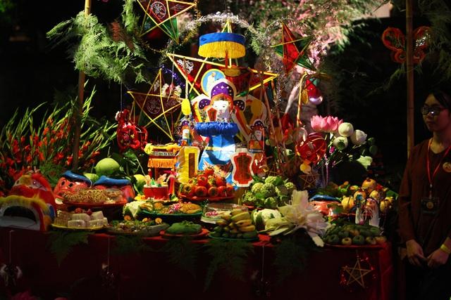 Mâm cỗ Trung thu truyền thống trưng bay trong sự kiện bao gồm đủ hoa quả, các loại bánh, đèn ông sao, đặc biệt là hình nộm tiến sĩ.