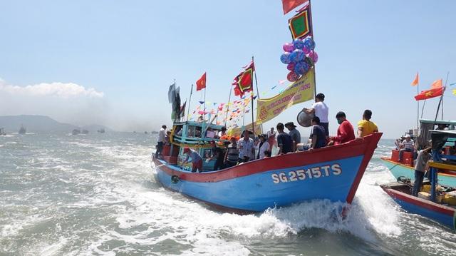 Khi lễ xong, thuyền Nghinh quay lại thì cũng là lúc tàu ngư dân bám sát để được gần thuyền lễ, hưởng lộc từ những con sóng của thuyền Nghinh