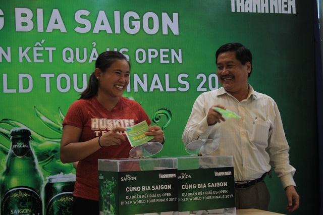 ông Đoàn Quốc Cường, Tổng thư ký Liên đoàn quần vợt Việt Nam cùng tuyển thủ Quốc gia Huỳnh Phương Đài Trang vui mừng bốc được lá phiếu giải nhất cho bạn đọc