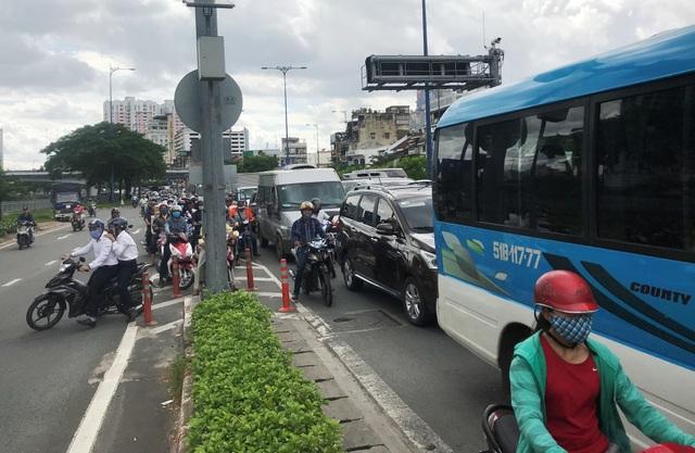 Xe tải mất lái trước hầm Thủ Thiêm, giao thông hỗn loạn - 3