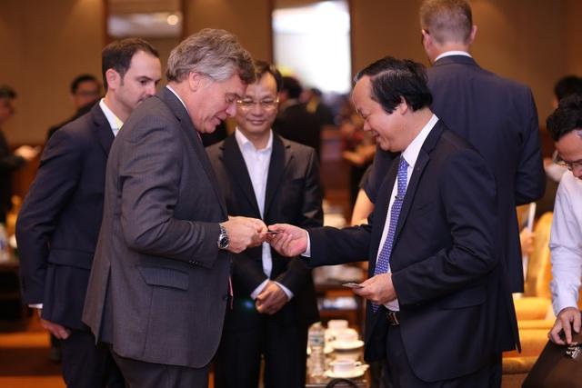 Tổng giám đốc HEINEKEN Vietnam và ông Võ Tuấn Nhân Thứ trưởng Bộ TNMT