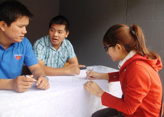 Thanh niên ghi danh xin phỏng vấn tại sàn giao dịch việc làm