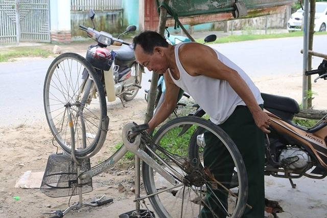 Từ việc mua, cóp nhặt những phụ tùng từ các bãi phế liệu, ông Thực đã biến chúng thành những chiếc xe đạp chắc chắn để tặng cho học sinh nghèo.