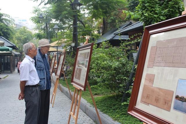 Buổi triển lãm diễn ra trong tiết trời thu Hà Nội, giữa không gian tĩnh lặng, thơ mộng của phố sách giữa lòng thủ đô.