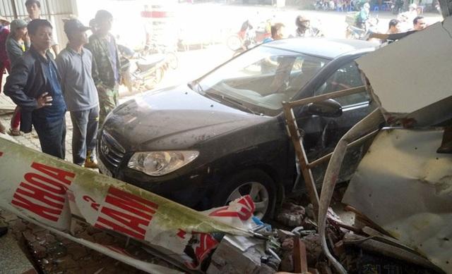 Xe đầu kéo tông liên hoàn 3 ô tô, đâm sập 2 nhà dân - 7