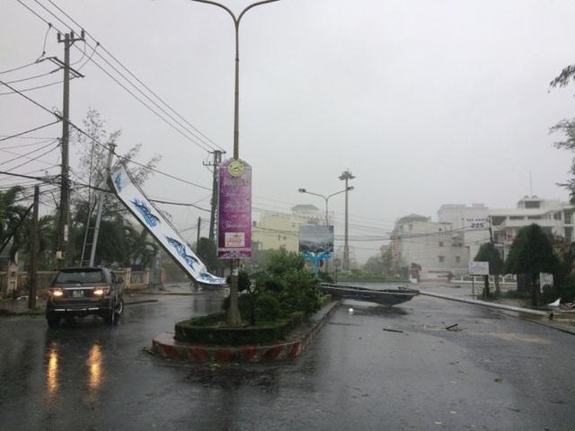 Đường phố ngổn ngang, nhà mất mái khi bão số 12 đổ bộ - 10