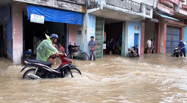 Tuyến quốc lộ 19 từ ngã 3 Ông Thọ đi huyện Tuy Phước nhiều đoạn ngập sâu, xe máy không thể di chuyển.
