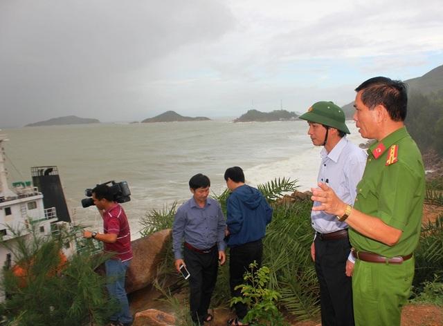 Phó Chủ tịch UBND tỉnh Bình Định Trần Châu cùng cơ quan chức năng kiểm tra vùng biển có tàu chìm, mắc cạn có nguy cơ xảy ra sự cố tràn dầu để chuẩn bị phương án khắc phục.