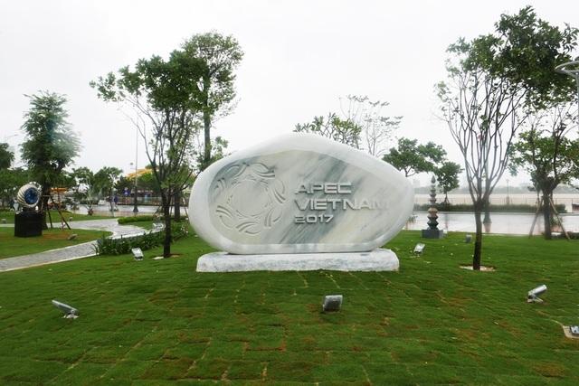 Công viên APEC được xây dựng trên diện tích hơn 3.000 m2 ngay bên sông Hàn, đoạn đầu cầu Rồng.