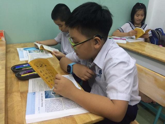 Thầy Sơn cung cấp cho học sinh những cuốn sách hay.