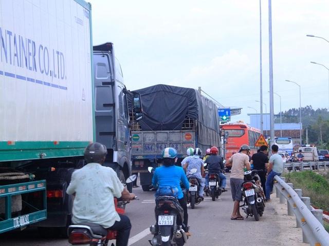 Giao thông trên QL1A đoạn qua Trạm thu phí BOT Nam Bình Định bị ùn ứ do tài xế dùng tiền lẻ mua vé qua trạm