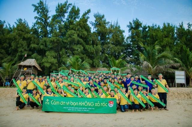 Tập thể đoàn viên, thanh niên PNJ trong buổi ra quân chương trình Cảm ơn Vì bạn không xả rác tại khu vực dọc bãi biển Long Hải, trong khuôn khổ chương trình Hội trại