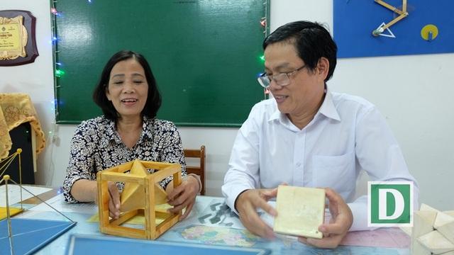 Vợ chồng thầy Thuận cô Thư đã tự tìm vật liệu, chế tác nhiều mô hình hỗ trợ dạy Toán trực quan sinh động, giúp học trò nắm bắt kiến thức sâu hơn
