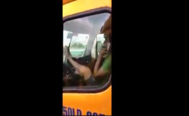 Ảnh cắt từ clip ghi lại cảnh tài xế dùng chân điều khiển vô lăng.
