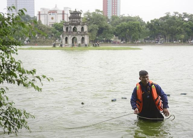 Trong khi các chiến sĩ công binh rà phá bom mìn, các công nhân Công ty TNHH Một thành viên Thoát nước Hà Nội phối hợp với Trung tâm Nghiên cứu đa dạng sinh học và nguồn lợi thủy sản - Viện Nghiên cứu, nuôi trồng thủy sản 1 thực hiện ngăn lưới, cách ly động vật thủy sinh tại hồ.  Để đảm bảo mỹ quan đô thị, đơn vị thi công sẽ tiến hành nạo vét từ 23h đến 5h sáng hôm sau trong ngày thứ Hai đến thứ Năm, từ 24h đến 5h sáng hôm sau trong ngày Thứ 6 đến Chủ Nhật.