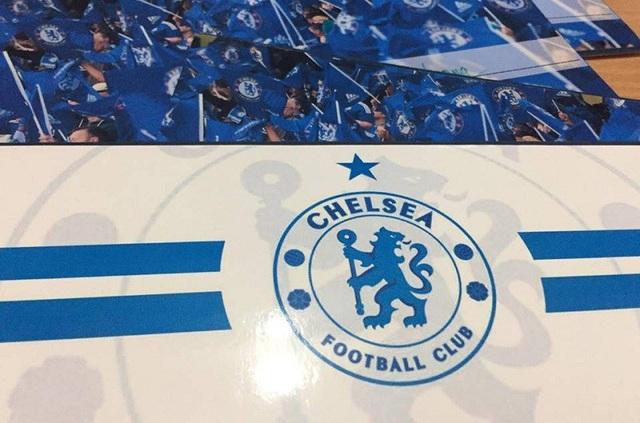 Cặp đôi fans Chelsea thiết kế thiệp cưới như vé xem bóng đá - 2