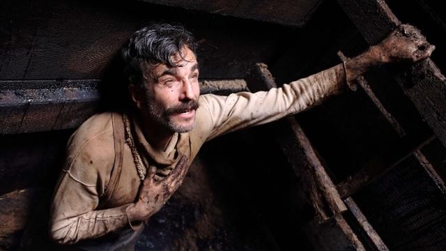 """Tượng vàng Oscar thứ 2 của Daniel là vai diễn trong phim """"There Will Be Blood"""" (Máu sẽ phải đổ - 2007). Phim do Paul Thomas Anderson biên kịch và đạo diễn, cũng chính là """"cha đẻ"""" của """"Phantom Thread"""" - bộ phim kết thúc sự nghiệp của tài tử Daniel."""