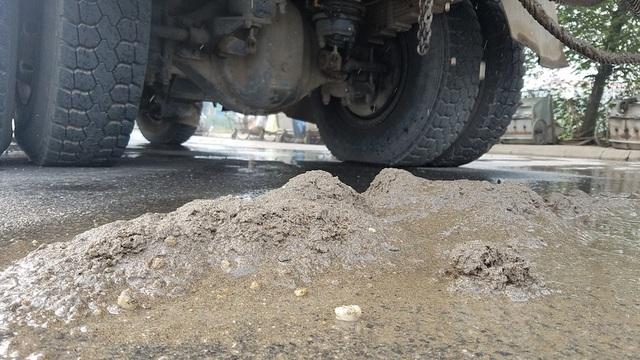 Như chiếc xe tải này, chỉ trong vài phút dừng lại để lực lượng chức năng kiểm tra, cát trên xe đã rơi xuống đường thành đống.