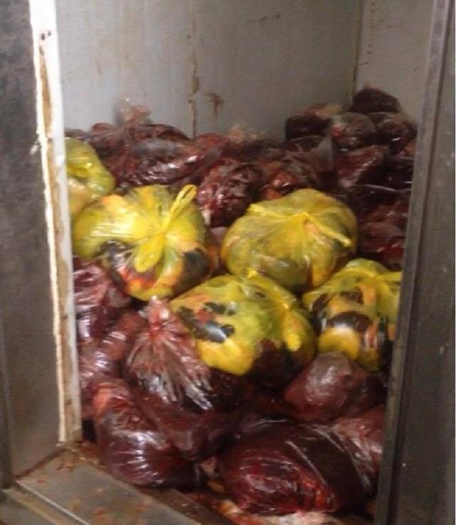 Hàng chục túi ni-long chứa nội tạng không rõ nguồn gốc