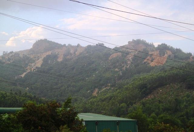 Từ xa chúng ta dễ nhìn thấy những ngọn núi ở Hòn Chà đang bị khai thác đá một cách ồ ạt