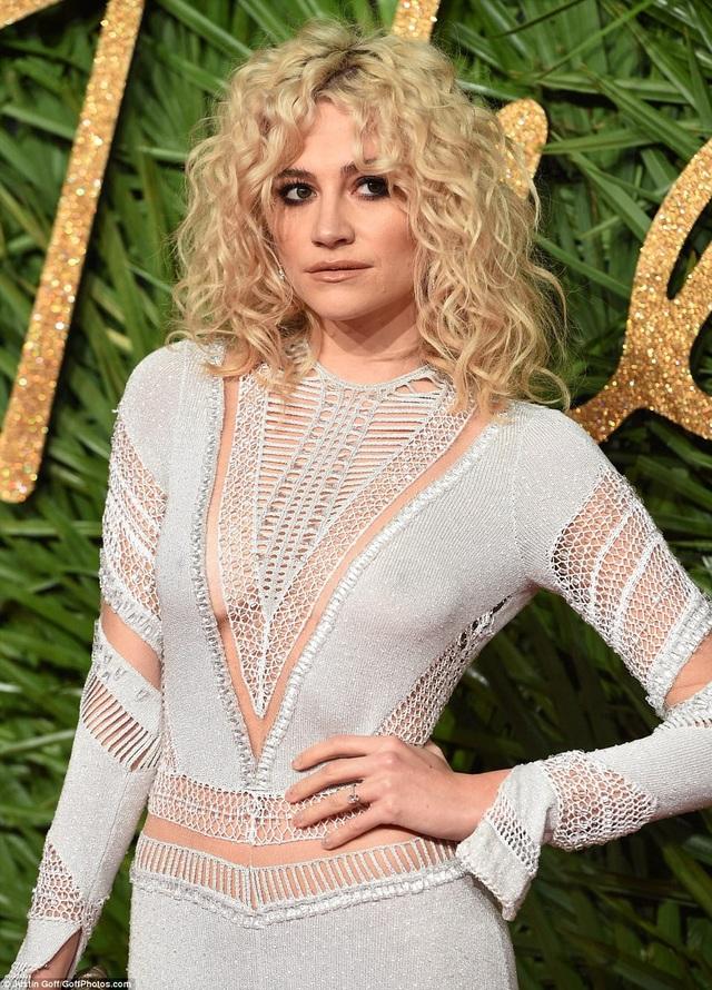 Rita Ora khoe ngực khủng trên thảm đỏ lễ trao giải thời trang - 12