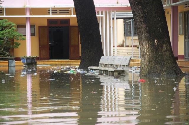 Trưa ngày 5/12, Trường THPT số 1 Tuy Phước (huyện Tuy Phước) vẫn ngập nước, học sinh chưa thể đến trường