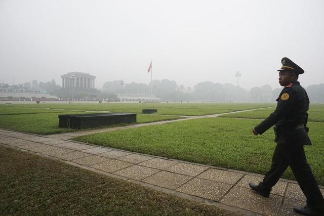 Quảng trường Ba Đình trong buổi sáng mờ sương.