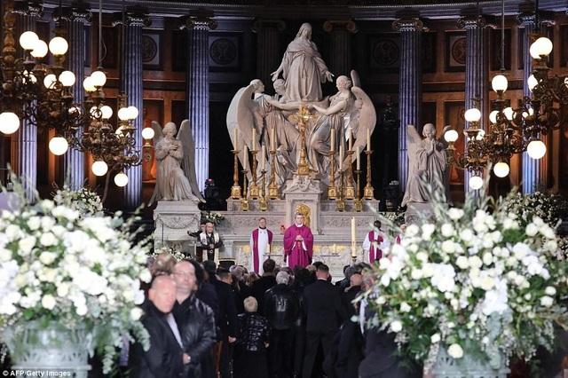 Bên trong nhà thờ Madeleine trước lúc cử hành lễ tang.