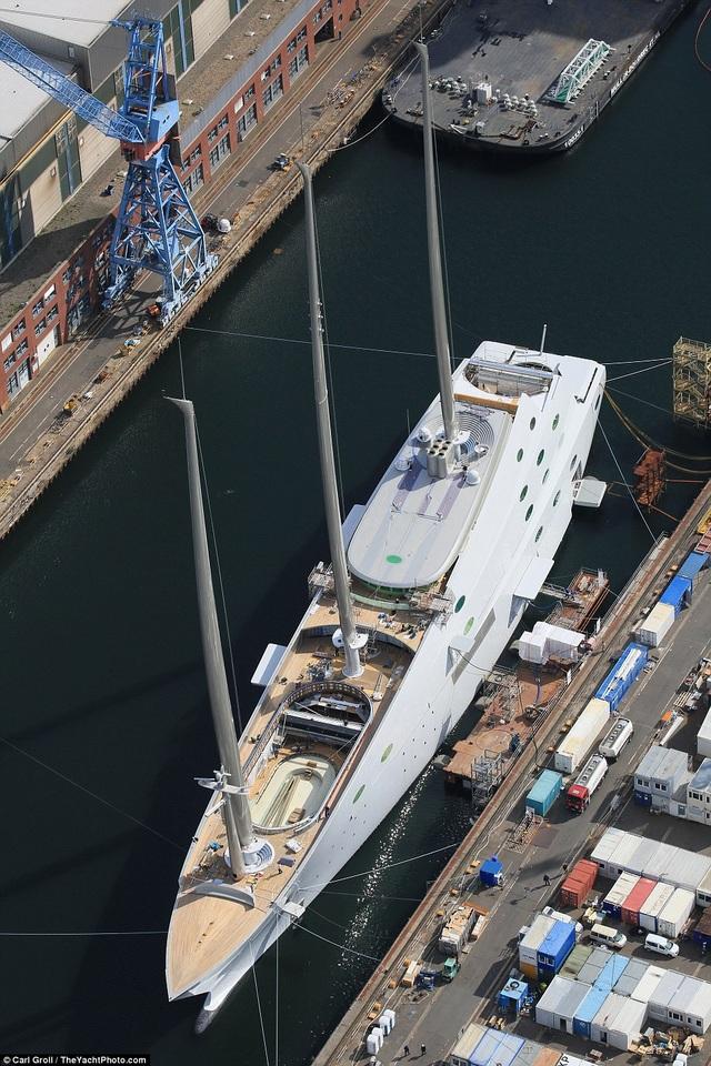 Theo trang Superyachtfan.com, du thuyền A chạy bằng động cơ hybrid, lai giữa 2 động cơ chạy dầu diesel MTU công suất 3.600 kw và 2 động cơ điện công suất 4.300 kw, cho phép đạt tốc độ tối đa gần 40 km/h. Du thuyền được thiết kế phục vụ tối đa 20 khách và thủy thủ đoàn gồm 54 người. (Ảnh: The Yatch photo)