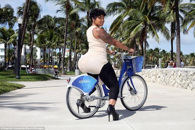 """Vốn là sinh viên tốt nghiệp chuyên ngành kinh tế, cô Courtney Barnes đến từ thành phố Miami, bang Florida, Mỹ, đã quyết định biến """"sai lầm thành cơ hội"""" và kiếm tiền từ vòng hông có kích thước 150cm của mình. Courtney đã từng trải qua những ca phẫu thuật thẩm mỹ vòng hông ở tại một số trung tâm thẩm mỹ thiếu chất lượng từ cách đây 6 năm."""