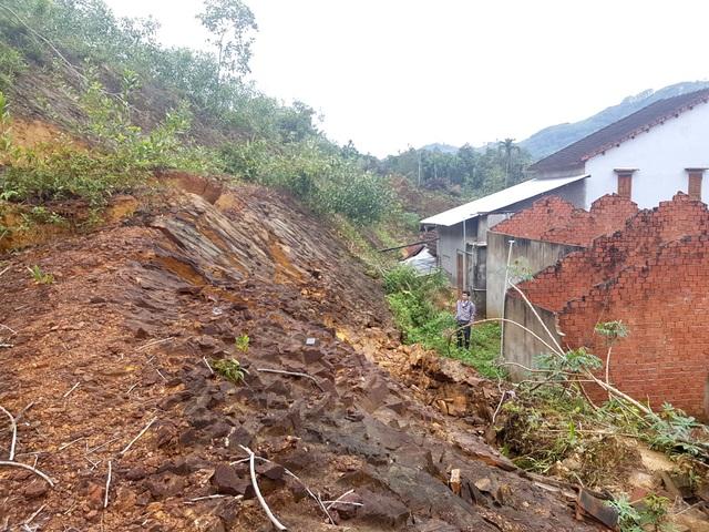 Nhiều hộ dân bị hư hỏng nhà cửa do đất đá sạt lở