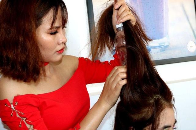 Cố định vỏ chai nước lên mái tóc