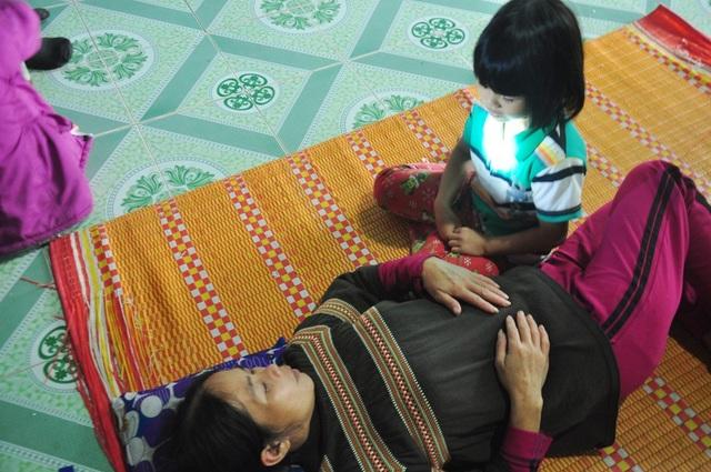 Bà Nguyễn Thị Thu, nằm liệt giường sau khi trở về từ bệnh viện cách đây mấy hôm