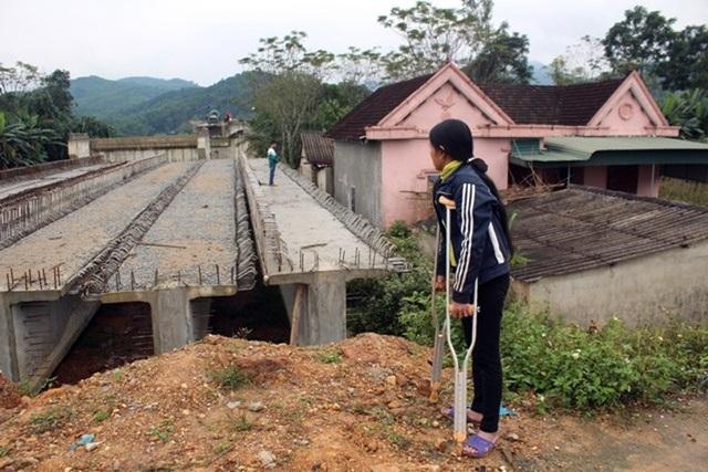 Nhà bà Từ Thị Quân và chị Nguyễn Thị Ái nằm sát cầu Hải Thượng Lãn Ông đang thi công.