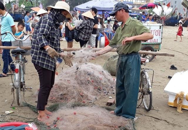 Cảnh lao động ngay trong lòng khu du lịch nổi tiếng Sầm Sơn
