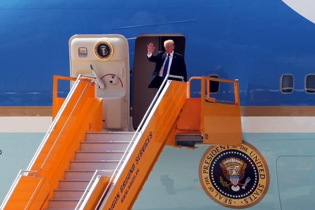 Thổng thống Trump vẫy tay chào khi vừa ra khỏi cửa chuyên cơ Không lực Một
