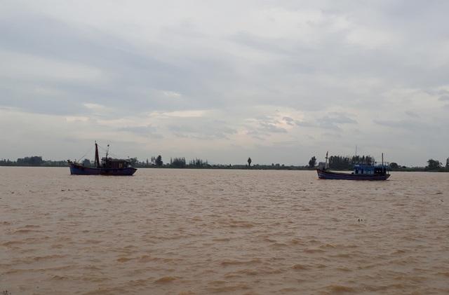 Bên cạnh đó, những chiếc thuyền đang dần di chuyển về âu để tránh bão