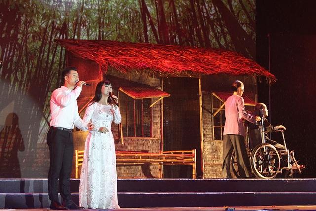 Ca sĩ Đức Tuấn song ca với Ánh Tuyết ca khúc Người mẹ của tôi và Đất Nước, tiết mục này cũng khép lại chương 1 chủ đề Những năm tháng hào hùng của chương trình.