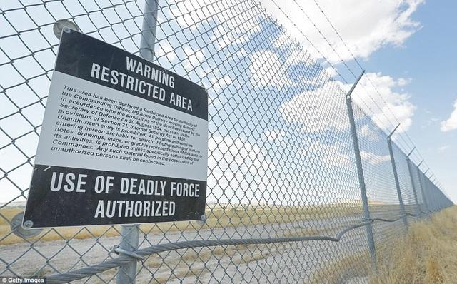 Căn cứ Dugway Proving Ground rộng khoảng 325.000 ha, nằm dưới lòng sa mạc ở bang Utah. Căn cứ này có nhiệm vụ nghiên cứu và phát triển các biện pháp nhằm giúp nước Mỹ phòng thủ trước mọi cuộc tấn công bằng vũ khí hóa học và sinh học. Trong ảnh: Biển cảnh báo nguy hiểm chết người gắn trên hàng rào của căn cứ.