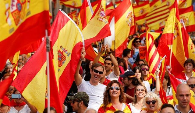 Khoác trên mình lá cờ Tây Ban Nha, một người dân địa phương tin rằng Thủ tướng Tây Ban Nha Mariano Rajoy cần loại bỏ một số quyền lực của chính phủ tự trị vì chính phủ này đã không tuân theo quy định và luật lệ. (Ảnh: Reuters)