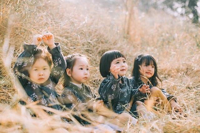"""Bộ ảnh đáng yêu với những biểu cảm tinh nghịch, nhí nhảnh ngay khi được đăng tải đã khiến 4 mẹ vô cùng bận rộn, theo chị Phương thì """"gần như không làm được việc gì""""."""